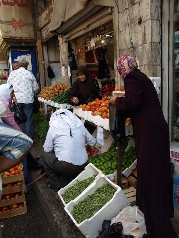 砂漠都市のイメージからは意外な、ヨルダン渓谷から運ばれてきた色とりどりの野菜