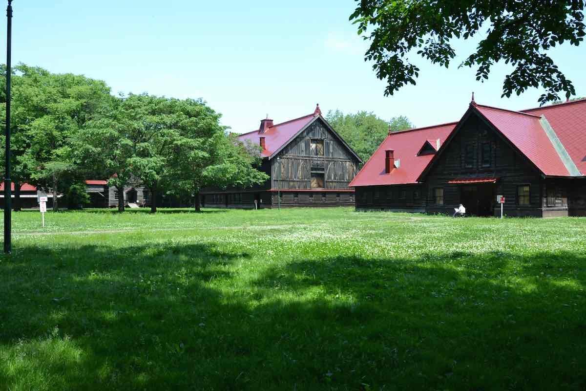 春の札幌農学校第2農場(模範家畜房=Model Barnと穀物庫=Corn Barnを中心とする国指定重要文化財)。