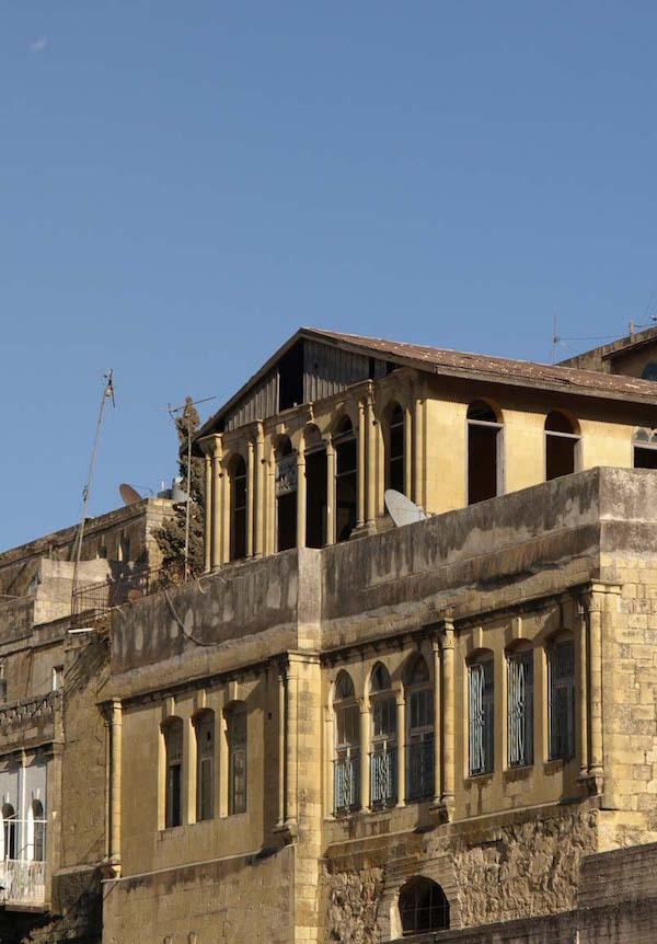 特異な黄色石灰岩の建築遺産は、世界銀行等の支援を受けて保全、活用されている(写真の建物は修復前)。日本国際協力機構(JICA)も遺産を生かしたまちづくりを支援している